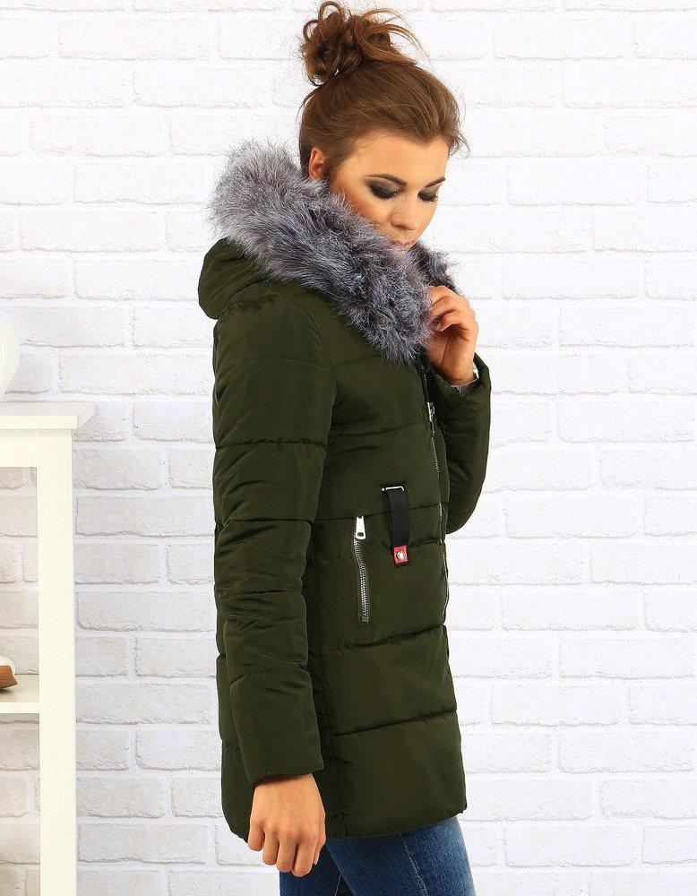 Elegancki wygląd zapewni Ci kurtka lub płaszcz z lyocellu, szyfonu, satyny czy jedwabiu. A zimą najlepiej sprawdzą się kurtki z wełny, flauszu czy acetatu. Materiał ma znaczenie nie tylko dla dobrego wyglądu kurtki, ale też dla utrzymania optymalnej temperatury ciała .